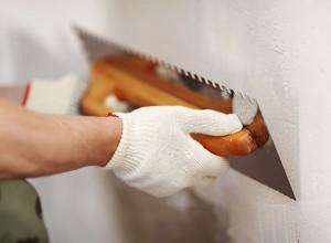 Фотография процесса шпаклевки стен, refite.ru