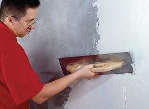 На фото процесс шпатлевки стен, gid-str.ru