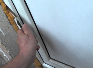 Обрезка монтажной пены с откосов, ytimg.com
