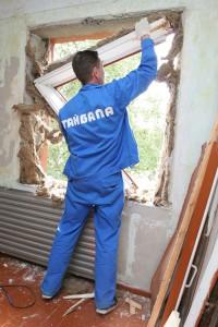 На фото процесс удаления старого окна