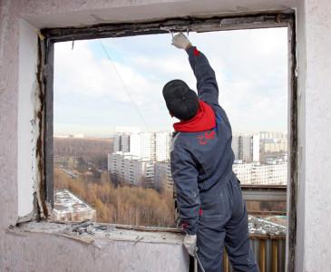 Фотография процесса выравнивания оконного проема, mn.ru