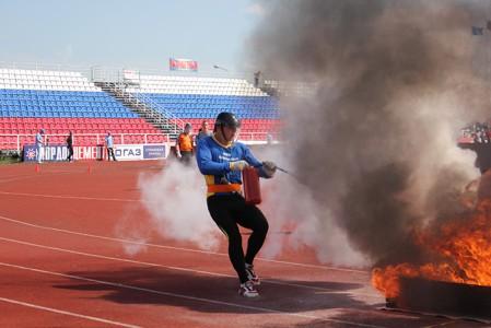 На фото тушение огня на расстоянии, mchs.gov.ru