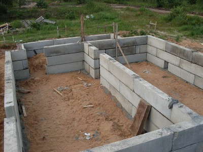 На фото фундамент из блоков ФБС, wordpress.com