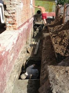 Подготовка к ремонту фундамента кирпичного дома