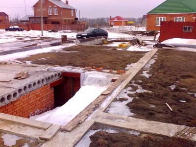 На фото усадка фундамента зимой, domatut.com