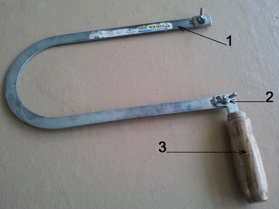 На фото из чего состоит конструкция лобзика