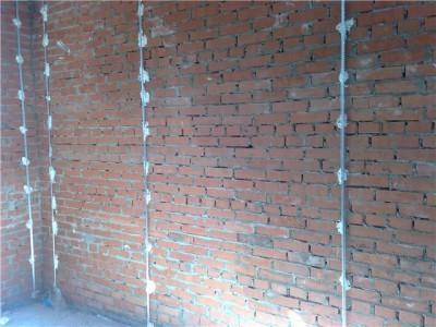 Фотография установки маяков для выравнивания стен