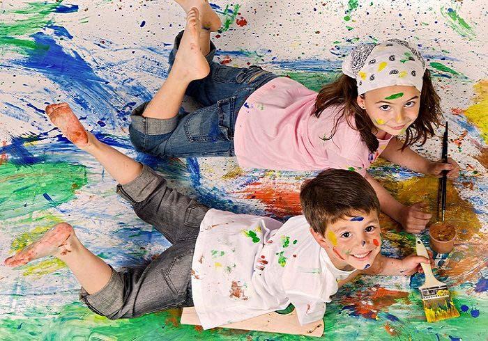 На снимке дети размазали по полу краску