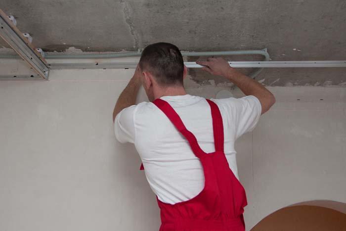 На снимке крепление багета к стене