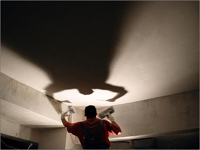 На изображении проверка потолка с помощью лампы