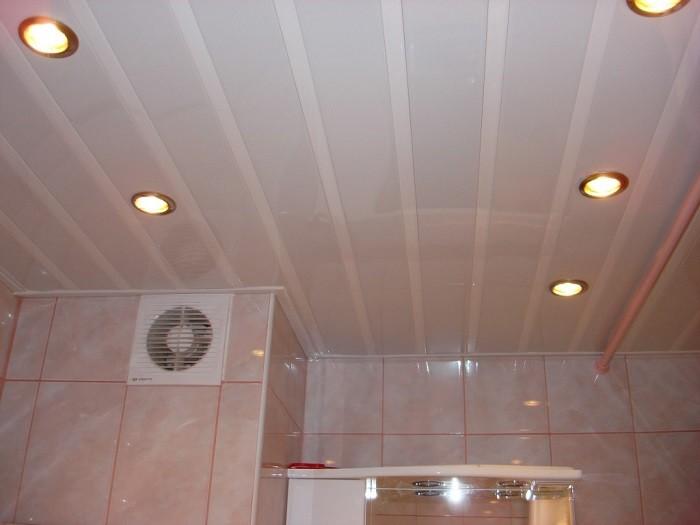 На фото потолок в ванной комнате