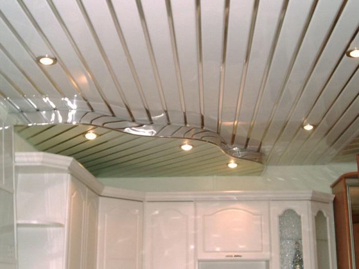 На изображении реечный потолок в ванной комнате