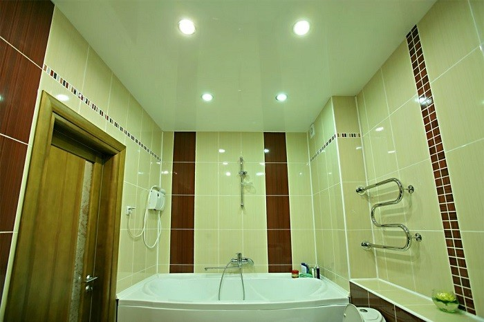 На снимке натяжной потолок в ванной
