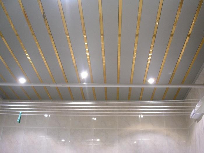 На фотографии подвесные потолки в ванную комнату