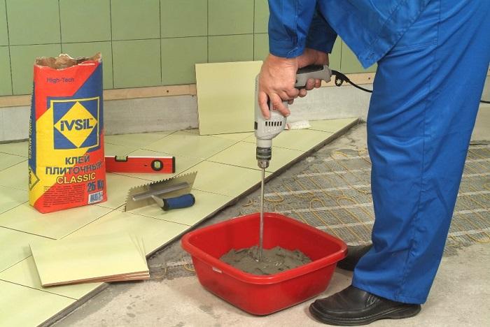 Изображение замешивания клея для плитки
