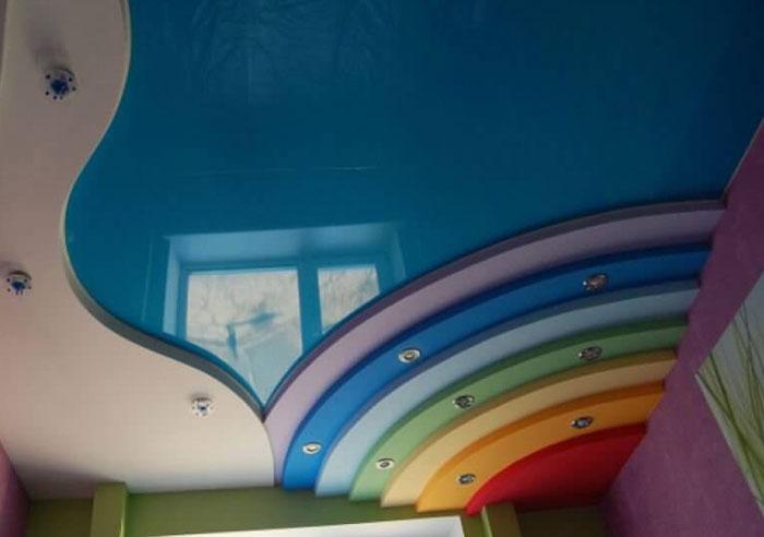 На снимке разноцветный натяжной потолок