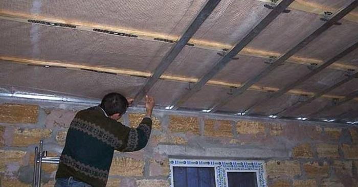На изображении монтаж поперечных профилей подвесного потолка