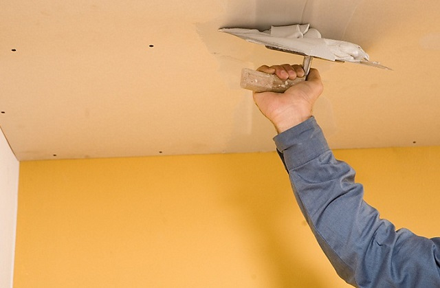 На снимке шпатлевка потолка из гипсокартона