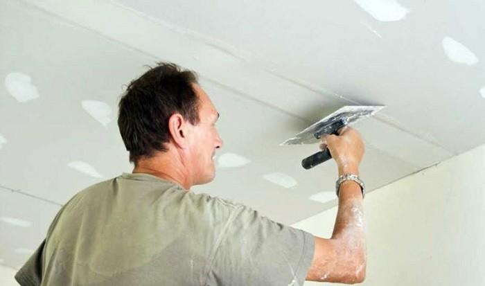 На фото выравнивание потолка перед побелкой