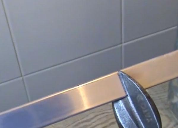На фото ножницами по металлу режется уголок