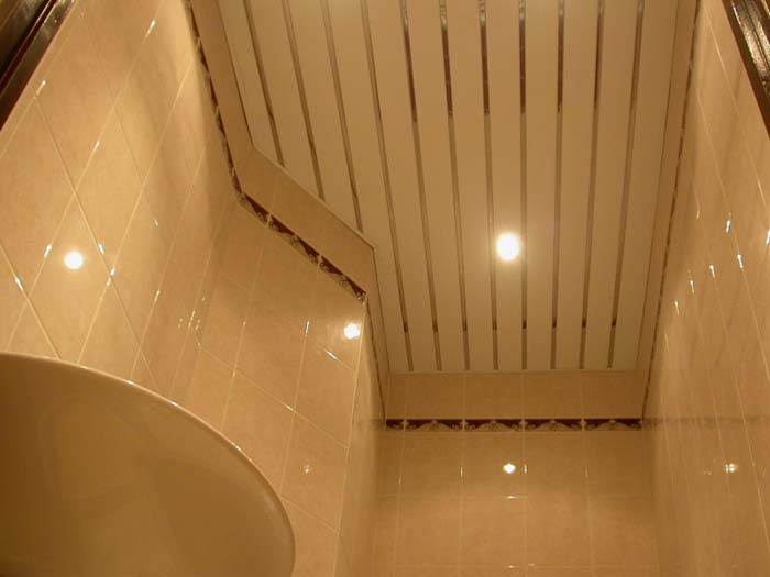 На фотографии готовый реечный потолок