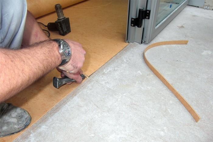 Изображение укладки линолеума на бетонный пол