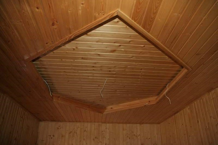 На фото панельный потолок в бане
