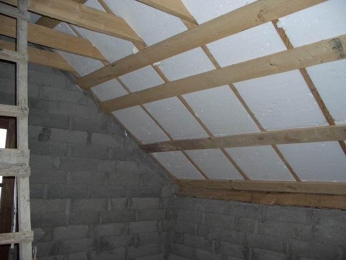 На фотографии утепление панельного потолка