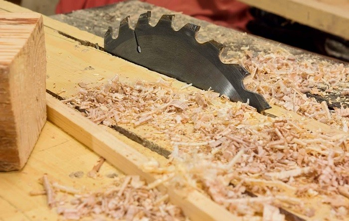 На фото древесные опилки