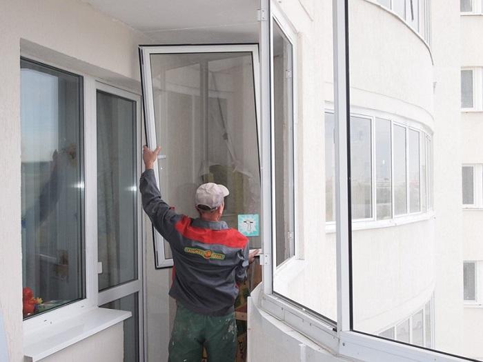 На фото демонтаж балкона