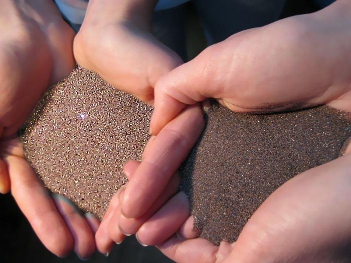 На фотографии гранатовый песок
