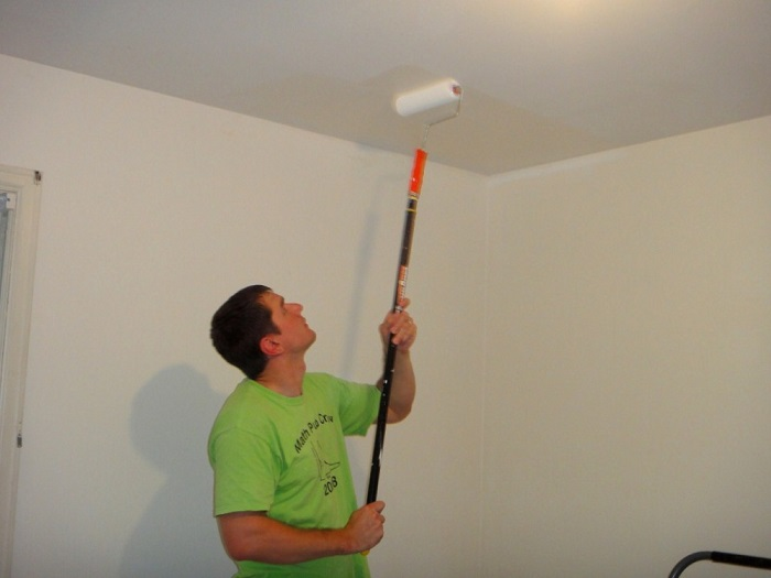 На фото покраска потолка валиком