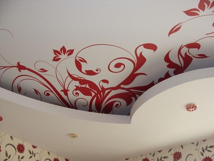 Фото тканевого натяжного потолка с рисунком