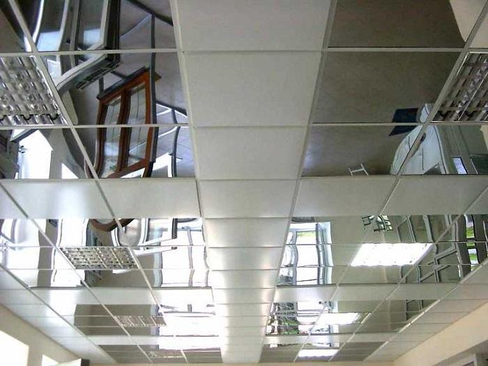 На фото подвесной потолок Армстронг