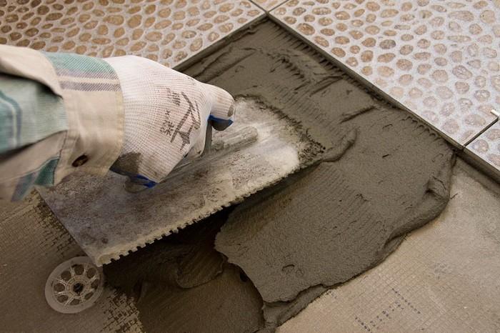 На фото клеевая смесь на основе песка и цемента