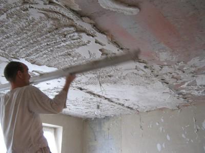Фото процесса выравнивания потолка штукатуркой