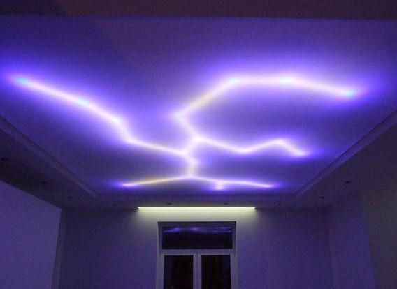 На фотографии потолок с подсветкой