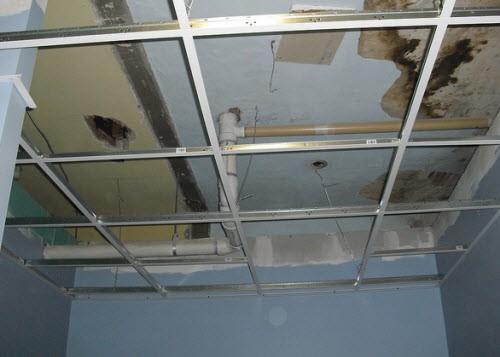 На фото потолок