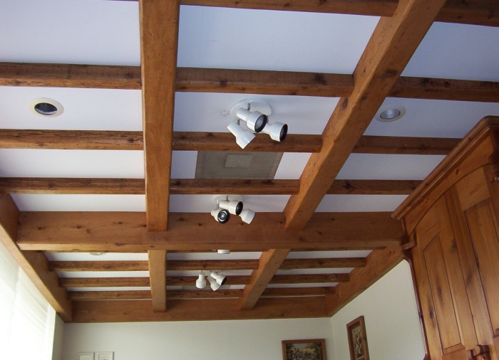 На фото отделка рейками деревянного потолка
