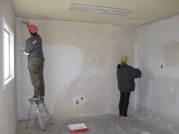 Фотография грунтовки стен