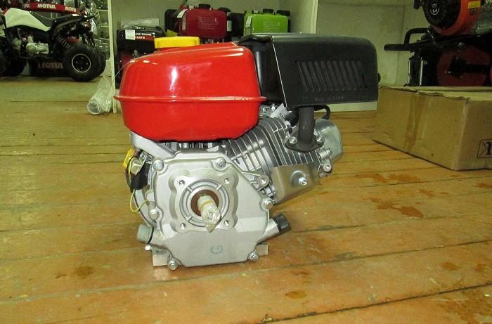 На фото бензиновый двигатель