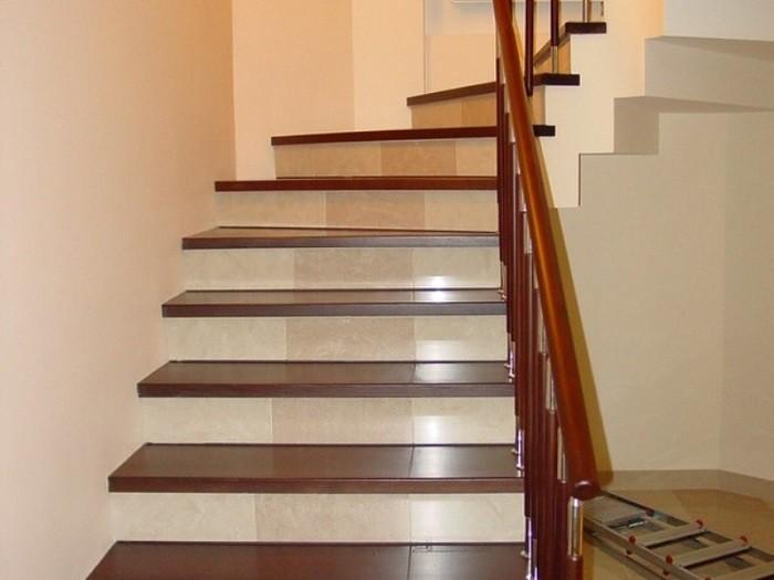 На фотографии лестница