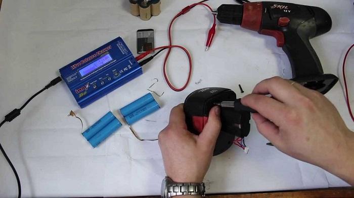 На фотографии ремонт аккумулятора