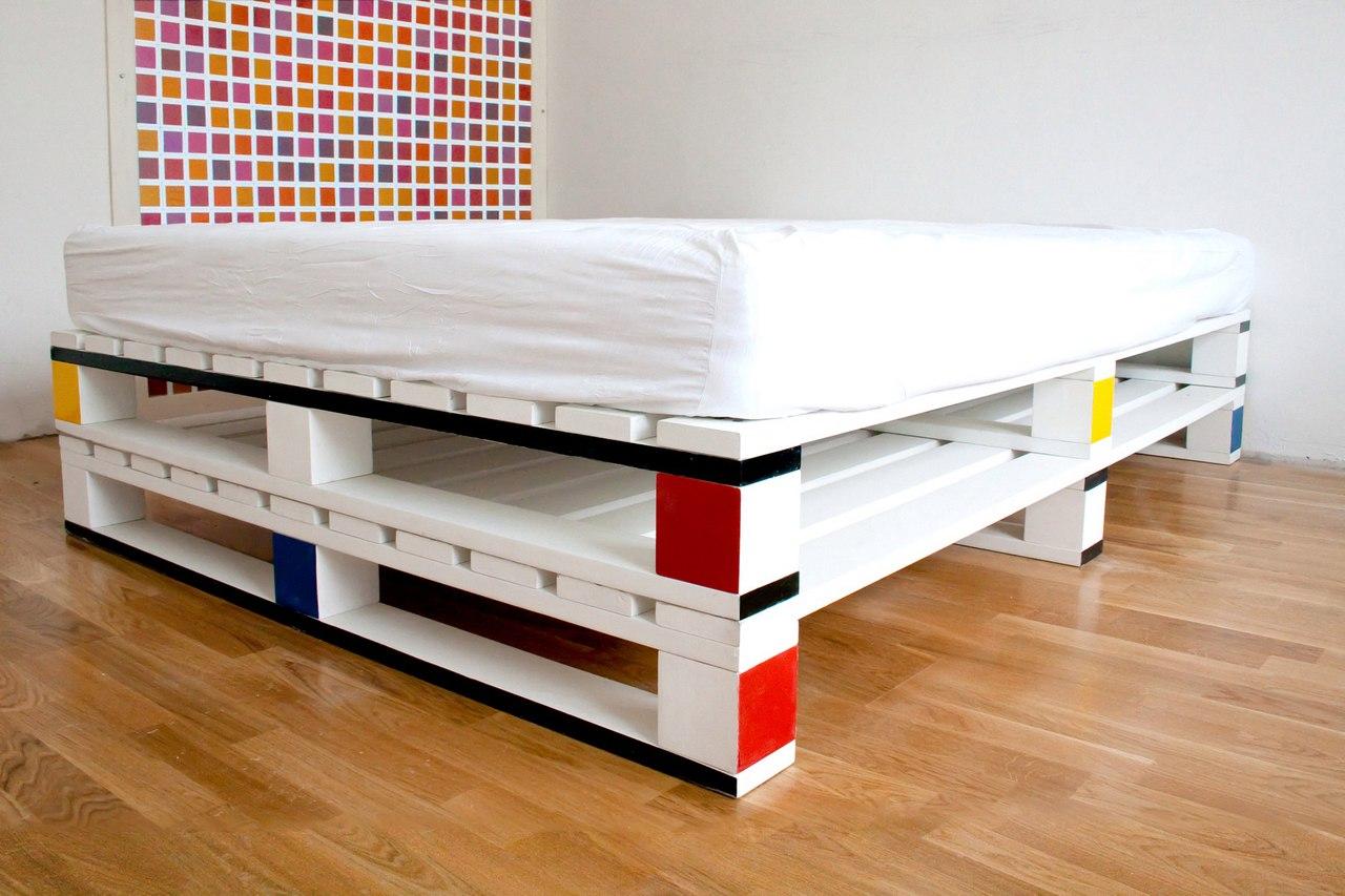 Простая и функциональная кровать из поддонов: делаем своими руками