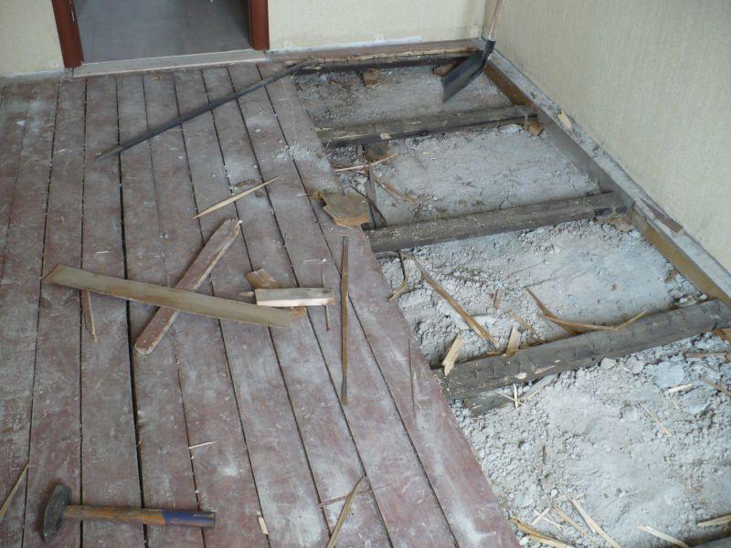 Демонтаж деревянного пола для утепления