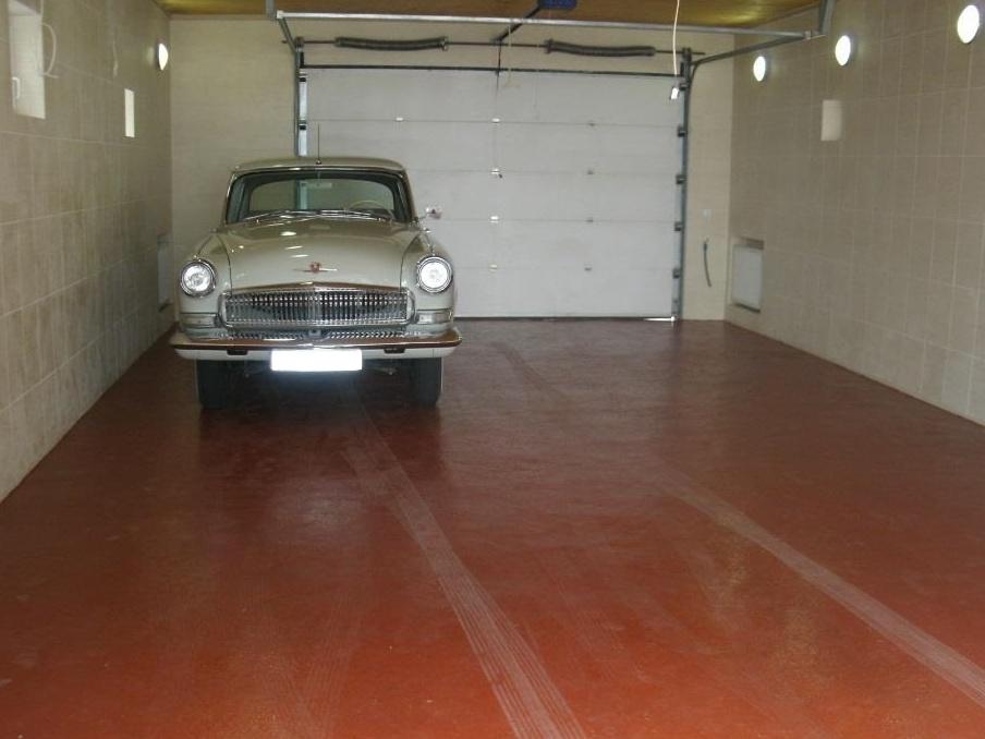 Окрашенный бетонный пол в гараже