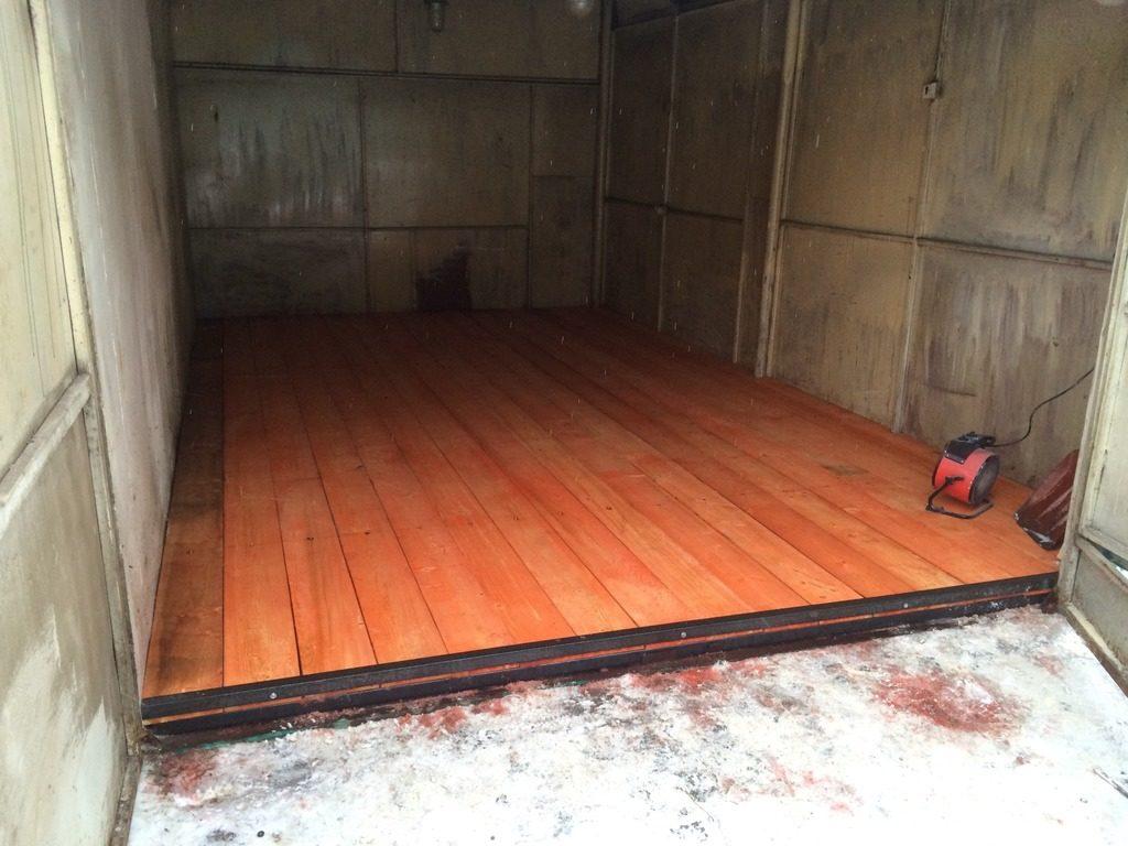 Окрашенный деревянный пол в гараже