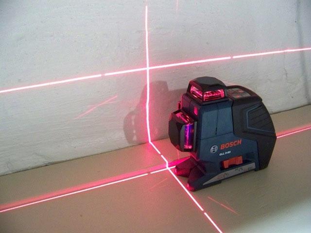 Разметка бетонной стяжки лазерным нивелиром