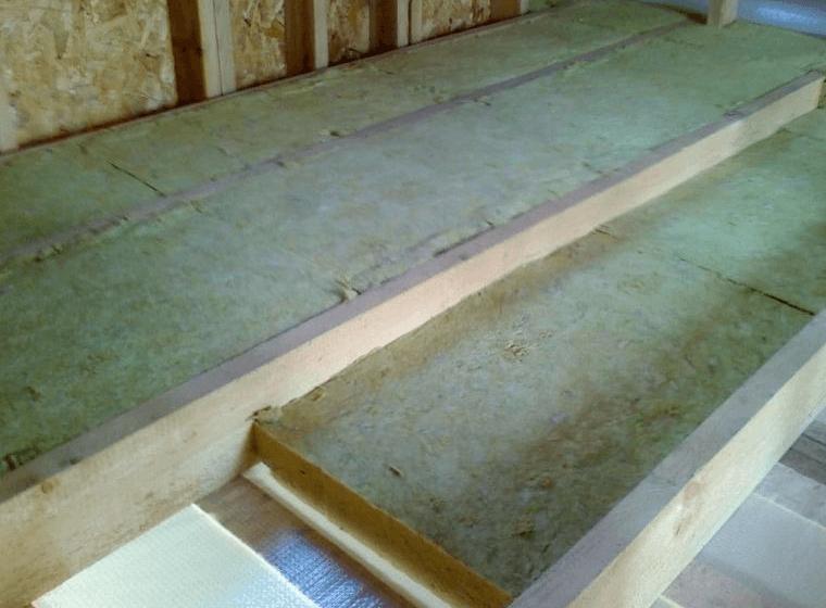 Укладка минеральной ваты между поперечными лагами