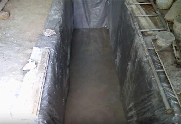 Армированная стяжка пола смотровой ямы